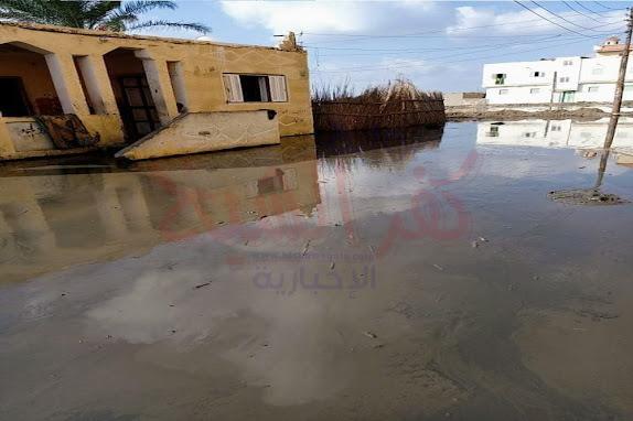 جانب من غمر المياه لمنازل المواطنين