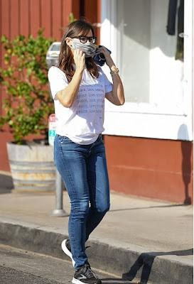 جينيفر غارنر تظهر بالجينز والقميص  للتسوق في لوس أنجلوس