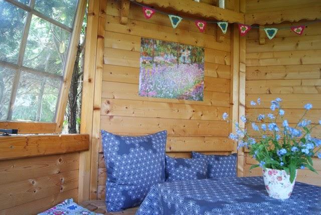 Da Das Gartenhaus Komplett Aus Holz Gebaut Ist, Wirkt Es Innen Sehr  Rustikal Und Ich Finde, Mit Einem Bild An Der Wand Sieht Es Schon Viel  Wohnlicher Aus.