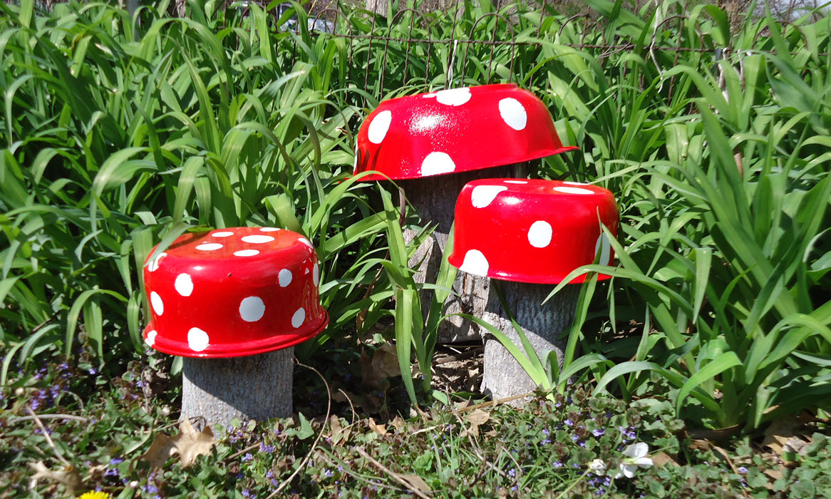 Mushroom garden decoration tropical mom 39 s day off for Recycled decoration