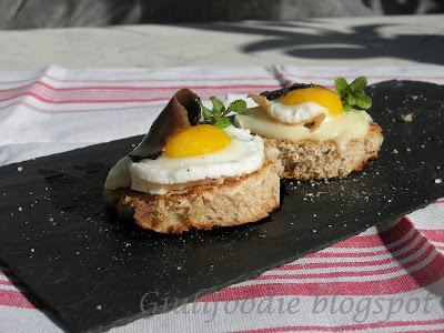 Uova di quaglia, tartufo, tomino piemontese, pane