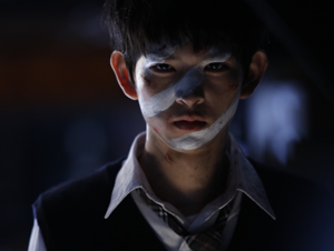 niño asiático perverso maquillado