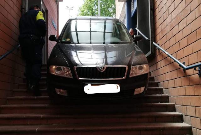 Eur Magliana: auto finisce sulle scale della Metro B