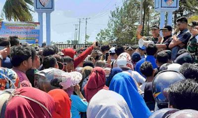 Warga Natuna protes di kantor Bupati