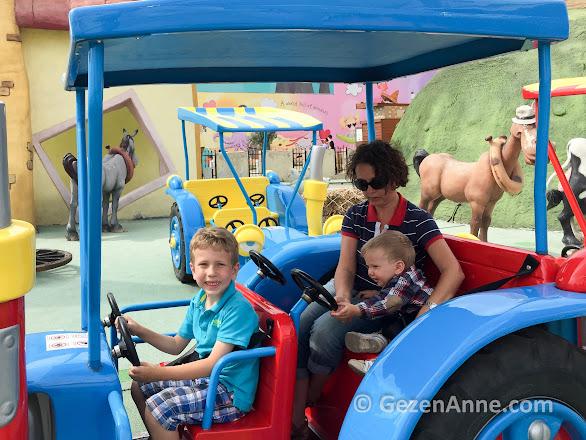 oğlum ve bebeğimle Neşeli Çiftlik traktöründe, Vialand İstanbul