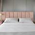 Quarto cinza, rosa e dourado com cama ilha e cabeceira de camurça!