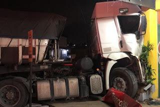 Caminhoneiro morre após passar mal e colidir veículo contra loja de conveniência de posto de combustíveis na PB