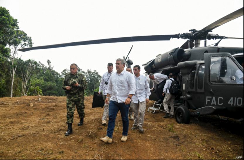 El presidente de Colombia, Iván Duque, dijo el 25 de junio de 2021 que el helicóptero en el que volaba cerca de la frontera con Venezuela fue alcanzado por disparos / AFP
