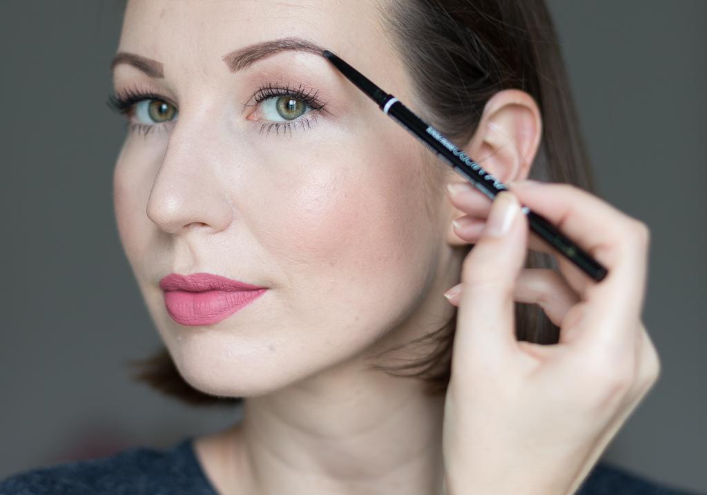 Tragebild Nyx Micro Brow Pencil Ash Brown auf den Augenbrauen