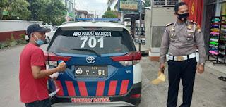 """Personil Sat Lantas Polres Enrekang Sosialisasi Cara Menempelkan Stiker Ke Mobil Dinas dengan Tulisan """"Ayo Pakai Masker"""