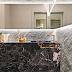 Lavabo com bancada e piso de mármore Nero Portoro e parede revestida de lâminas de pedras!