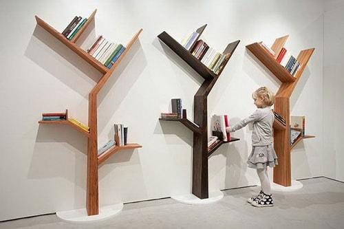 Desain Rak Buku dengan gambar pohon dan rantingnya