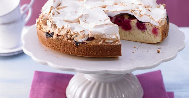 """Cakes """"Tenderness"""" with apple, cherry and meringue."""