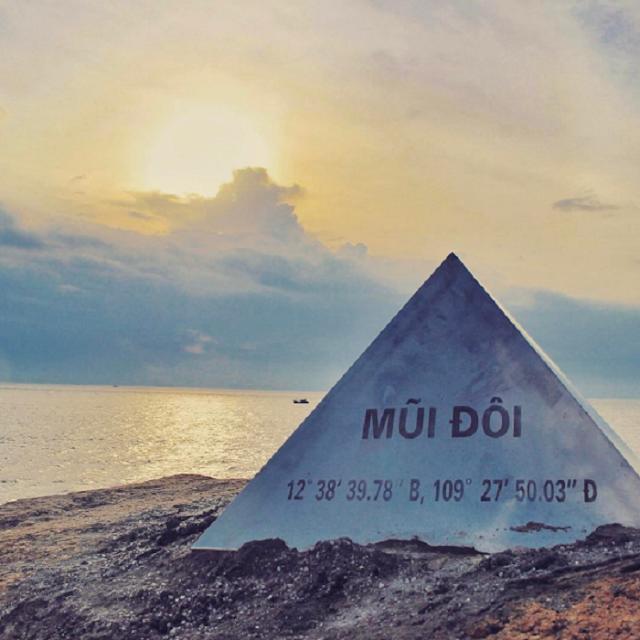 Không phải là điểm du lịch tấp nập du khách, đồi cát Mũi Đôi ở Khánh Hòa nổi bật với khung cảnh yên bình, vắng vẻ, lãng mạn bên bờ biển xanh trong. Điểm dừng chân này được rất nhiều phượt thủ yêu thích trên cung đường chinh phục cực Đông Tổ quốc.