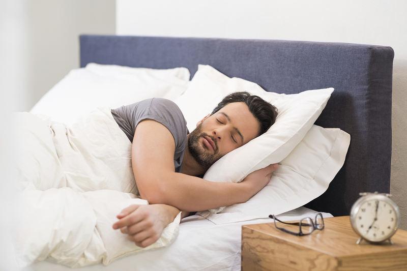 Existem diversos hábitos que podem influenciar na fertilidade masculina, dentre eles o controle do peso e do estresse, a alimentação e alguns vícios, como tabagismo e álcool. Mas um estudo publicado em 2019 também descobriu que dormir cedo pode ajudar os homens a serem mais férteis.