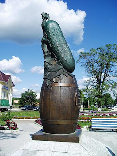 Памятник огурцу