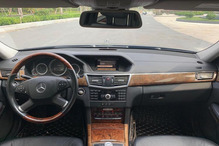 Mercedes-Benz E300 chạy 8 năm, rẻ ngang Toyota Corolla Altis mới
