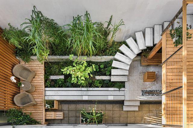C'est un extérieur moderne en bois et de la végétation.