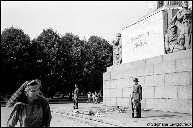 1993 год. Рига. Возле памятника Свободы