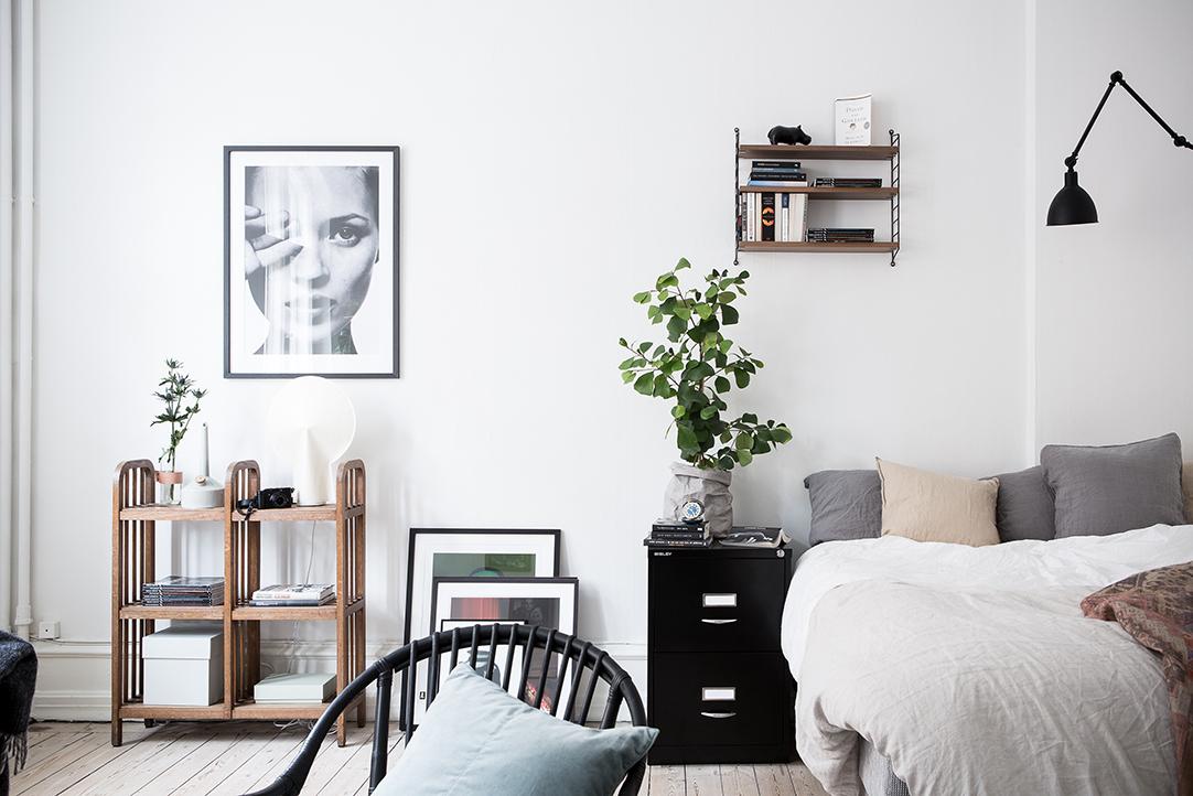 małe mieszkanie, drewniana podłoga styl skandynawksi