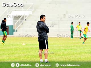 Ronald Arana observa el inicio de prácticas de esta semana de Oriente Petrolero realizada en el Estadio de Luján - DaleOoo