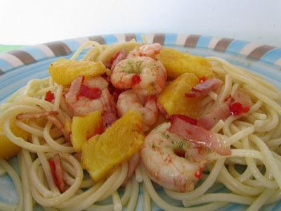 espaguetis-con-piña-y-gambas