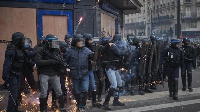 Összecsapások: az utcán harcolnak a párizsiak a nyugdíjreform ellen