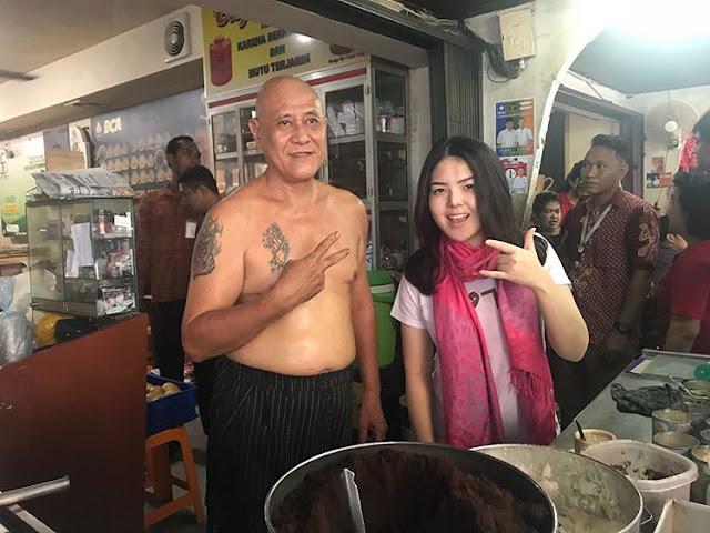 Tina Toon Dengan pemilik warung kopi Asiang