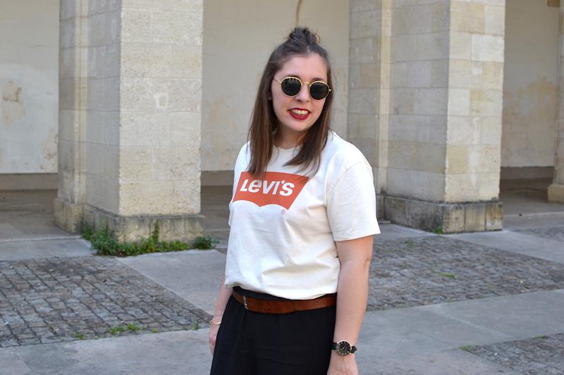 t-shirt levi's homme, short fluide noir H&M, ceinture marron Isabel Marant, lunette de soleil style Ray Ban