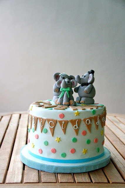 Tarta d'aniversari amb familia d'elefants