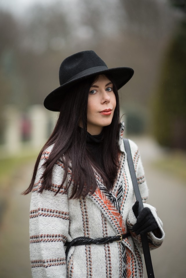 Blog o modzie stylizacja boho wełniany płaszcz w etniczne wzory kapelusz fedora