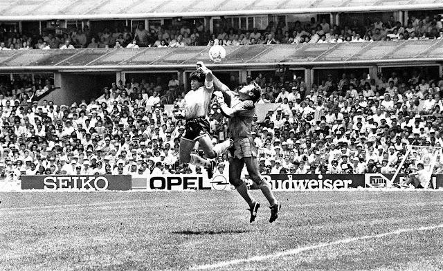 "Sang Legenda Dunia Sepak Bola ""Diego Maradona"" Meninggal Dunia"