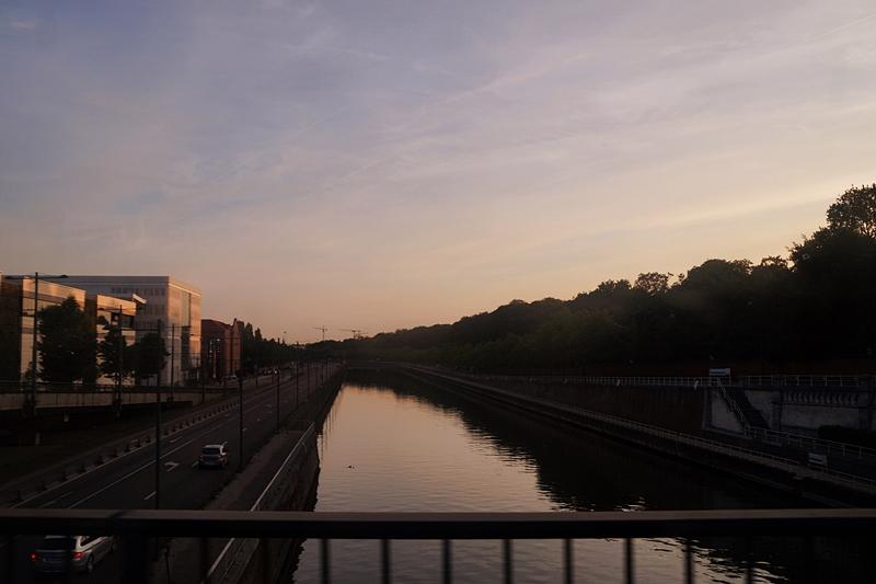 Kanal in Brüssel bei Sonnenuntergang, Atomium in Brüssel & über Reisen mit Bucket Lists. Tasteboykott.