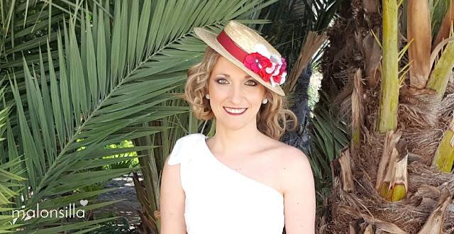 Invitada perfecta a boda con un dos piezas en rojo burdeos y blanco, con canotier de copa baja by Malonsilla