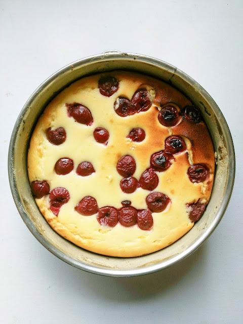 Käsekuchen mit Kirschen wie von Oma. Einfache Rezepte sind immer noch die besten.