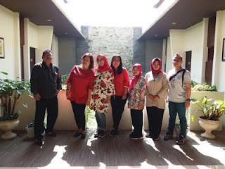 Rombongan MA dengan latar kamar-kamar di Nat-Nat Homestay