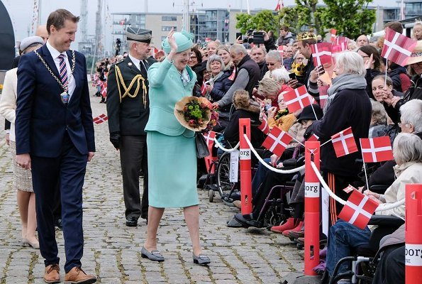 Queen arrived at Nyborg Harbour and was welcomed by Mayor Kenneth Muhs of Nyborg. Royal summer tour on the Dannebrog