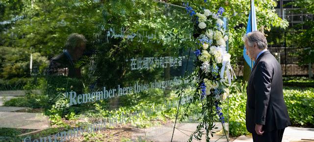 El Secretario General António Guterres entrega una corona de flores durante la ceremonia en conmemoración del Día Internacional del Personal de Paz de las Naciones Unidas 2021.ONU/Mark Garten