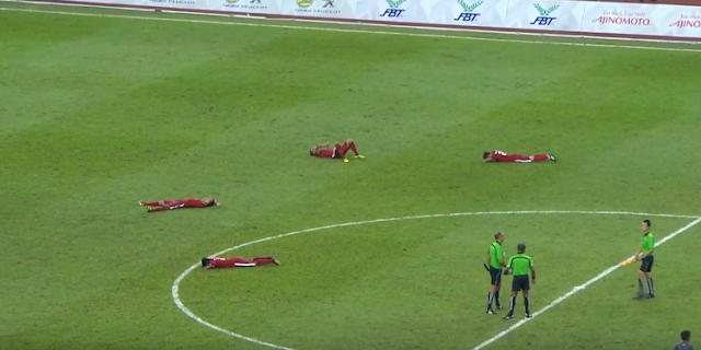 para pemain Timnas U-22 terlihat tergeletak di rumput