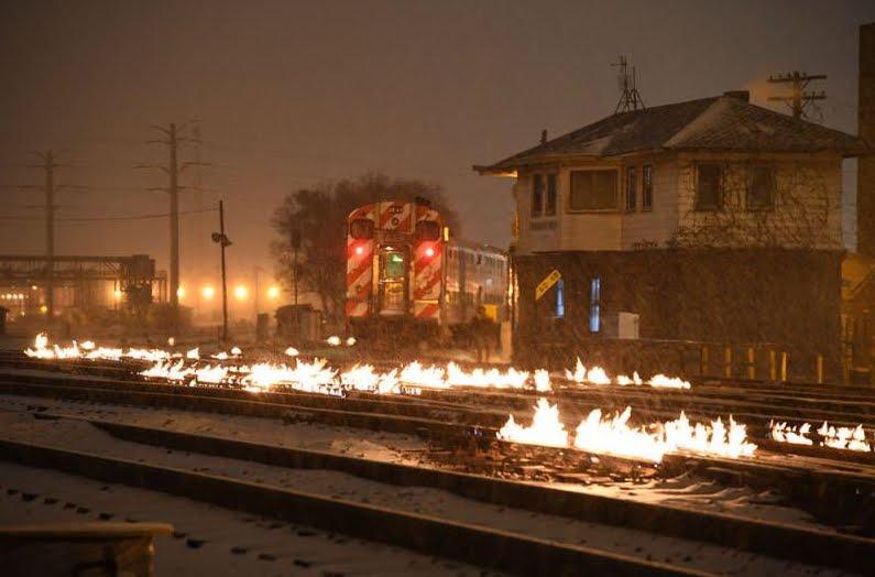 Freddo polare a Chicago: incendiano i binari dei treni per la temperatura.