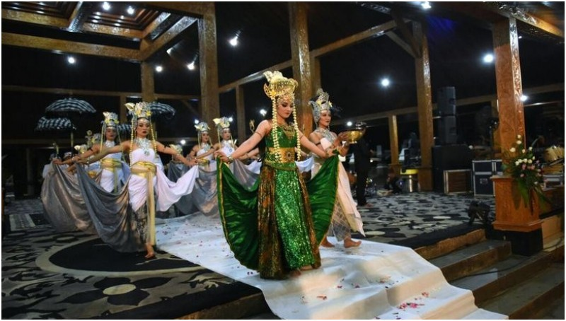 Pemeran lakon Nyi Ratu Kidul dalam tarian kolosal