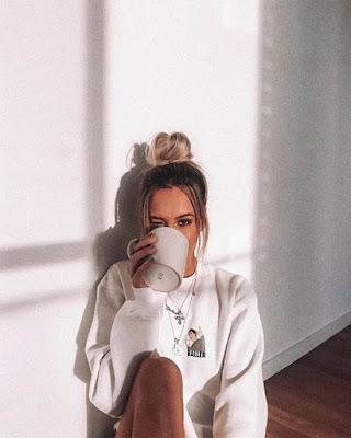 chica tumblr tomando café sentada