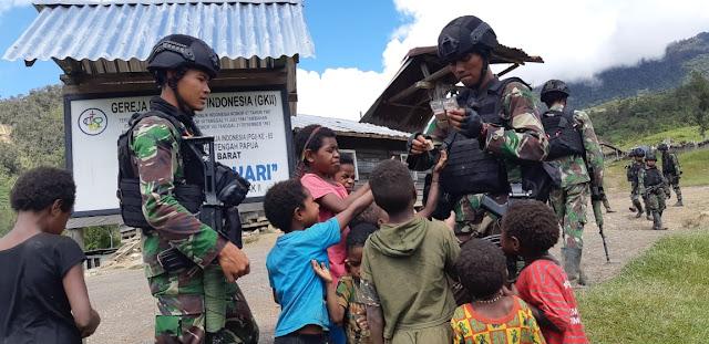 Satgas Kostrad Berikan Bantuan Makanan Kepada Warga Kampung Tinolok