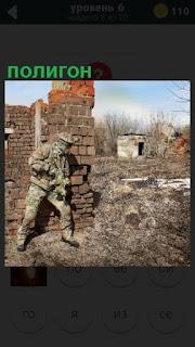 военный находится на полигоне, где проходит обучение