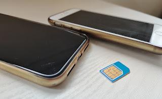 SIM-kortti ja kaksi puhelinta