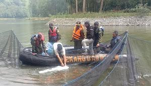 Kolonel Kav Purwadi Pimpin Kegiatan Pengangkatan Ikan Di Situ Cisanti