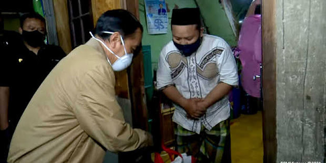 Pak Jokowi, Ketimbang Blusukan Bagikan Obat Mending Ambil Komando Penanganan Covid-19
