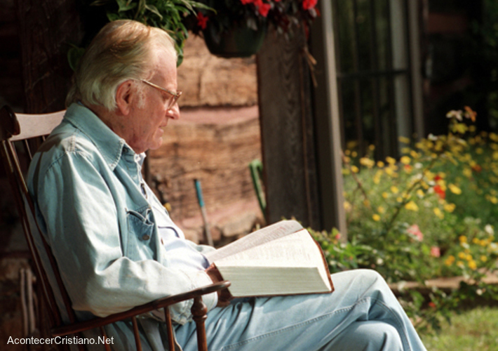 Billy Graham leyendo la Biblia