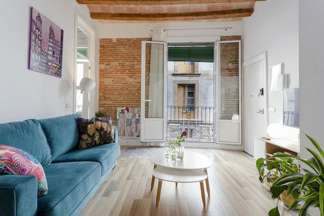 salón reformado de piso antiguo con vigas vistas