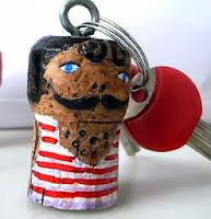 http://charhadas.com/ideas/23708-manualidad-para-reciclar-llaveros-hechos-con-corchos